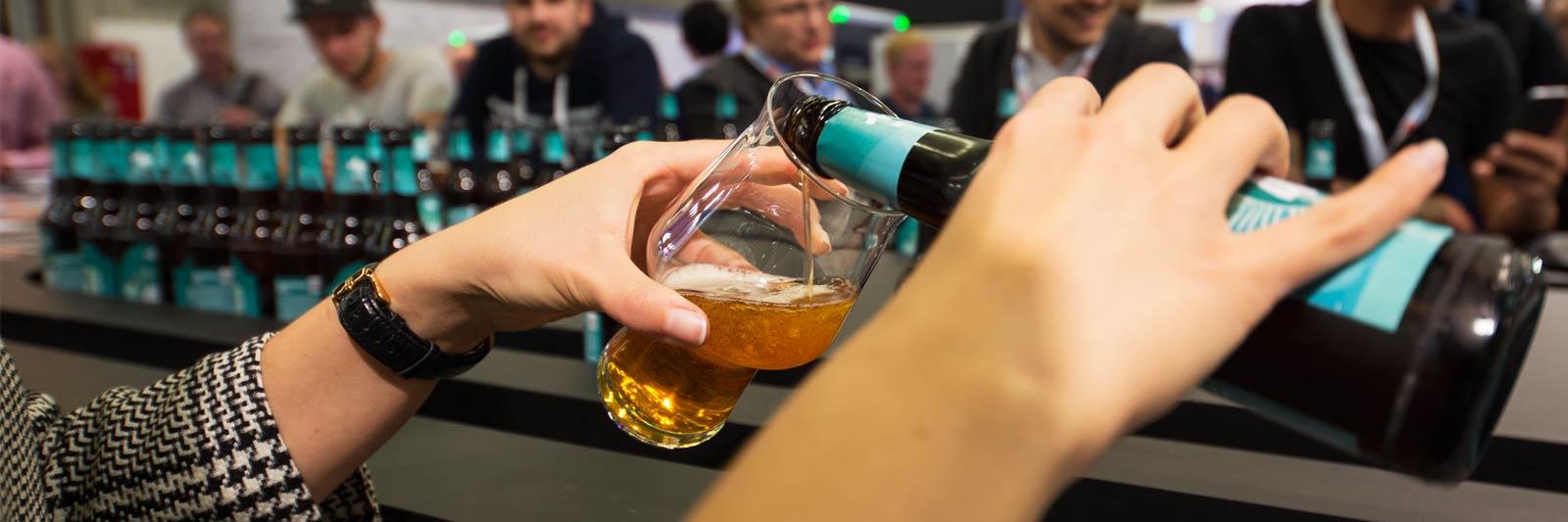 brau2018-ausleitbar-serving-beer-m.jpg